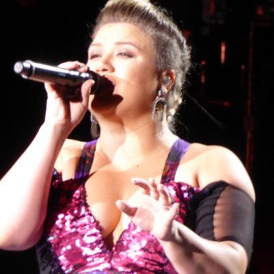 Kelly Clarkson singing Blank Space by Taylor Swift in Toronto